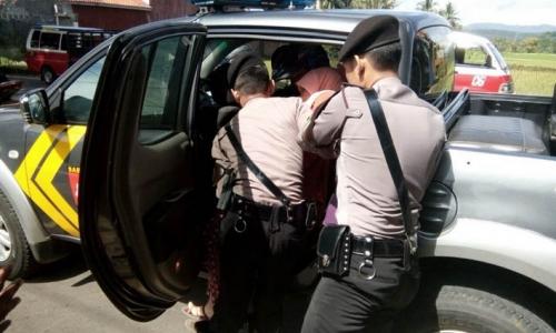 Sedang Naik Motor, Ibu Ini Hendak Melahirkan di Jalan Raya... Untung Segera Ditolong Polisi