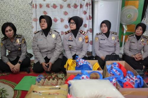 Lebih Dekat dengan Masyarakat, Polwan Polda Riau dan Polresta Pekanbaru Bagi-bagi Sembako