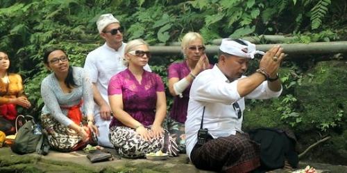 Gunakan Air Suci Pura Basuh Bokong, Bule Ceko Jalani Hukuman Adat di Ubud, Ini Penampakannya
