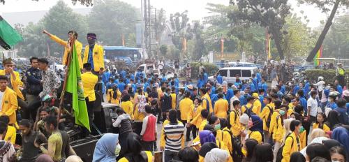 Demo Soal Kabut Asap, Ribuan Mahasiswa Kepung Gedung DPRD Riau