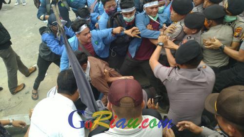 Kasat Sabhara Polresta Pekanbaru Tumbang Saat Pengamanan Unras di Depan Kantor Gubernur Riau