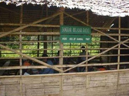 Di Riau yang Kaya Raya Ini, Anak-anak Talang Mamak Inhu Justru Jalan Kaki 1 - 2 Jam ke Sekolah