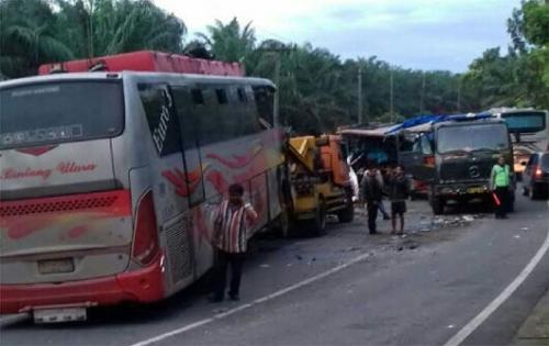 Bus Medan Jaya Tujuan Pekanbaru Ditabrak Bintang Utara di Labusel, 4 Penumpang Tewas, 5 Luka-luka