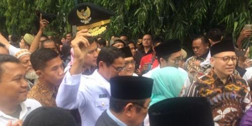 Salawat Badar Bergema Saat Anies-Sandi Tiba di Masjid Agung Sunda Kelapa
