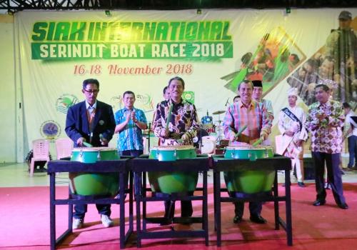 Syamsuar Ajak Pelaku UMKM Pasarkan Produk Unggulan Selama Kejuaraan Pacu Sampan Serindit Boat Race