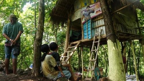 Seorang Pria di Karanganyar Tinggal di Tengah Hutan bersama Istri dan 2 Anaknya yang Masih Bocah