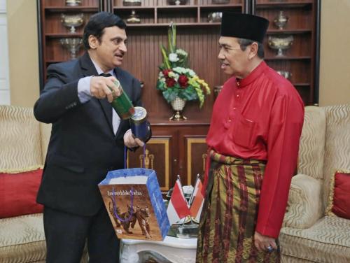 Konjen India Bahas Pendidikan Untuk Mahasiswa Riau dan Pelatihan dengan Gubri Syamsuar