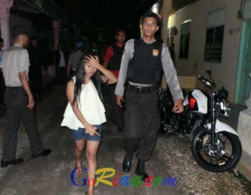 Razia Tempat Esek Esek Jalan Arjuna Pekanbaru Polisi Temukan  Orang Wanita Di Bawah