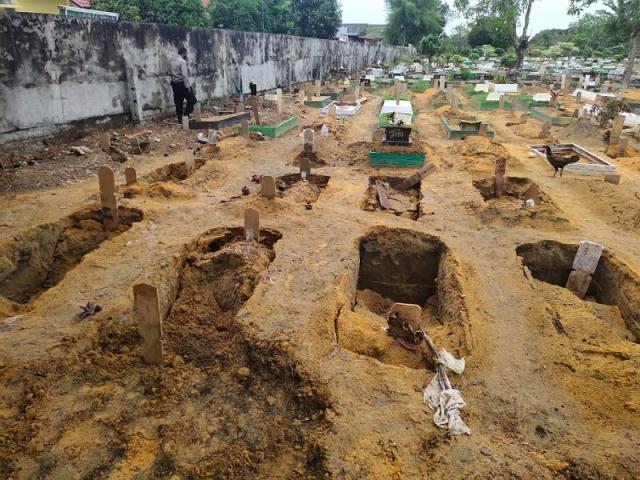 Belasan Makam di TPU Beringin Pekanbaru Amblas