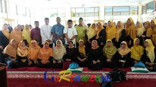Wanita Minang di Mandau Bagikan 200 Paket Sembako Jelang Idul Fitri 1438 Hijriah
