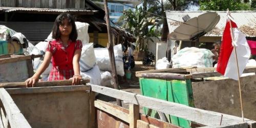 Indonesia Belum Merdeka dari Kemiskinan, Siswi Kelas IV SD Ini Terpaksa Jadi Pemulung Agar Bisa Makan dan Biayai Sekolah