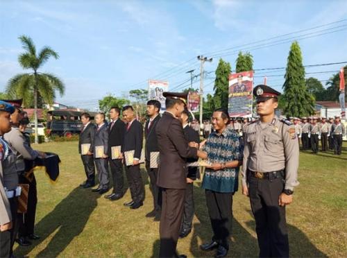 Dinilai Membantu Tugas Kepolisian, Anto Badai Dapatkan Penghargaan dari Polres Kampar
