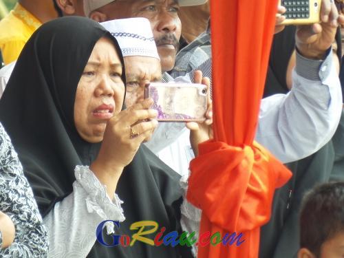 Ibunda Wulan Sabillah Histeris Lihat Anaknya Membawa Baki saat Pengibaran Merah Putih di Lapangan Kantor Gubernur Riau