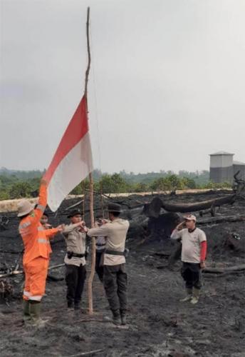 Tak Bisa Pulang, Anggota Polres Pelalawan Upacara HUT RI di Atas Abu Lahan Terbakar di TNTN