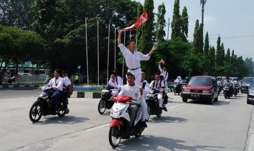 Demi Kibarkan Bendera Merah Putih, Ratusan Pelajar di Kota Dumai Konvoi dan Berdiri di Sepeda Motor