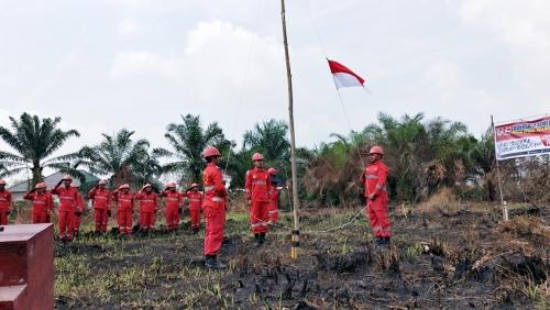 Saat Padamkan Karhutla, Manggala Agni Pekanbaru Laksanakan Upacara HUT RI di Lokasi Kebakaran