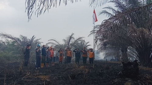 Dengan Seragam Penuh Tanah, TRC BPBD Inhil Kibarkan Merah Putih di Tengah Asap dan Pohon yang Hangus Terbakar