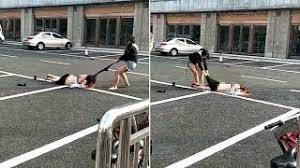 Dua Wanita Muda Berkelahi di Jalan Hingga Nyaris Bugil, Begini Penampakannya