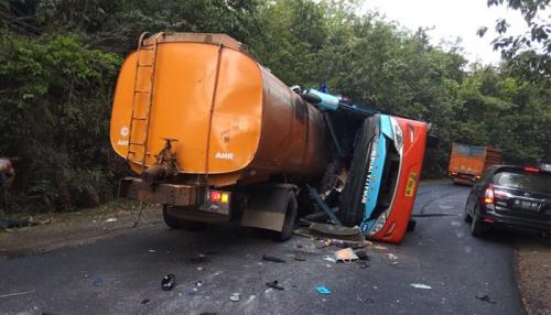 8 Tewas Akibat Bus Tabrak Truk Tangki di Lintas Sumatera, Ini Identitas Korban