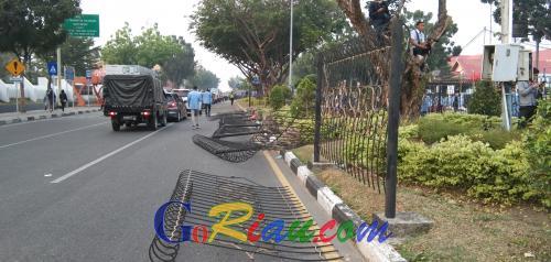 Aksi Unjuk Rasa Memanas, Pagar Taman Jalan di Depan Mapolda Riau Rusak Dijebol Massa