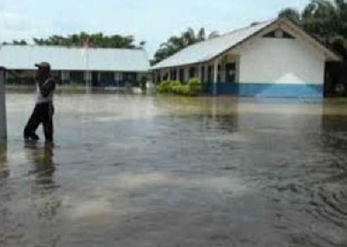Sejumlah Wilayah Rohil Terendam Banjir, Sebagian Siswa Pergi Sekolah Pakai Sampan