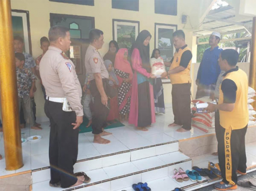 Polisi di Tapung Kampar Santuni Anak Yatim