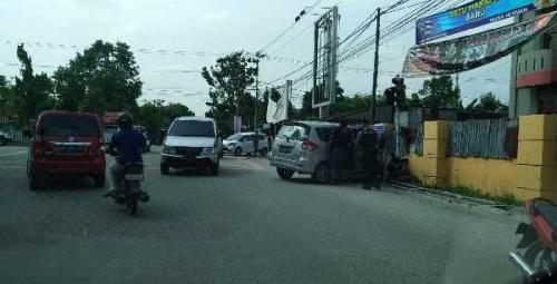 Mobil tanpa Pengemudi Ditemukan Ringsek Pasca Tabrak Traffic Light di Jalan Melur Pekanbaru