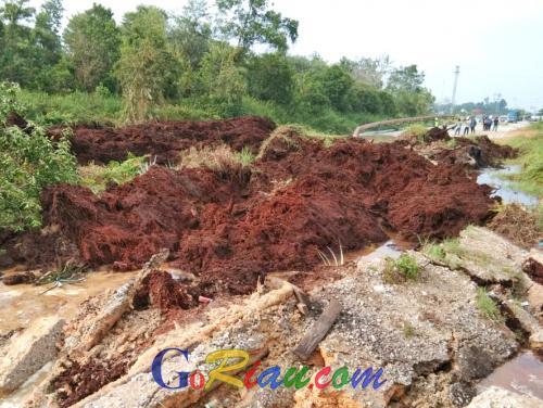 Jalan Nasional di Riau Amblas, Truk Cangkang yang Terhisap Masuk Belum Bisa Dievakuasi