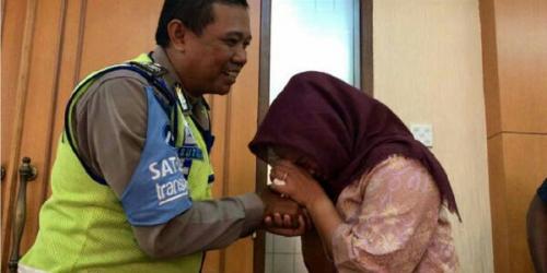 Dora Natalia Cium Tangan Polisi yang Diamuknya dan Minta Maaf Terbata-bata