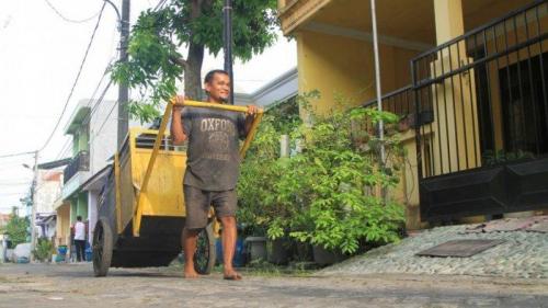 Guru Honorer Dwi Hariyadi, Merangkap Jadi Tukang Angkut Sampah Agar Bisa Nafkahi Keluarga