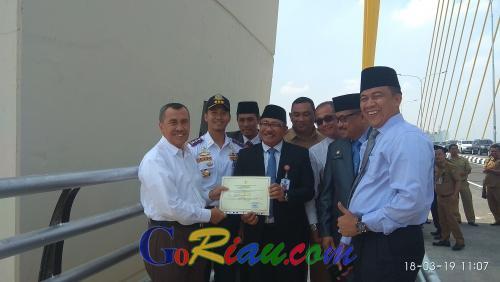 Jembatan Marhum Bukit Telah Dibuka untuk Umum, Gubri Syamsuar: Gunakan Sesuai Kapasitas