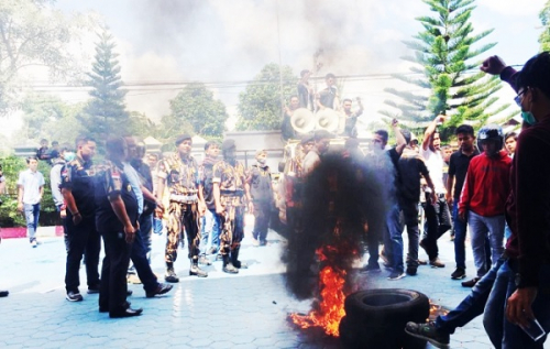 Massa Tolak TKA China Nyaris Adu Jotos dengan Polisi