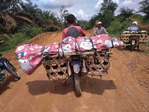 Jalan Berlumpur, Jenazah Warga Indragiri Hulu Riau Dibawa dengan Keranjang Sawit