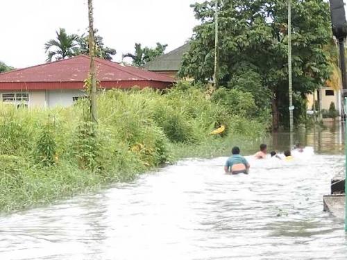 Anak-Anak di Suka Karya Jadikan Banjir Sebagai Kolam Renang