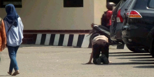 Sering Bolos Bertugas, Polisi Ini Dihukum Jalan Merangkak, Lihat Nih Fotonya...
