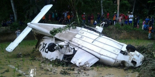 Rusak pada Ketinggian 1.000 Meter, Pesawat Cessna Bermuatan 3 Awak Jatuh di Sawah di Tasikmalaya