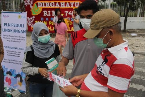 Sembari Berbagi Masker, PLN Sosialisasi Diskon Tambah Daya sebesar 50-74 Persen di Area CFD Pekanbaru