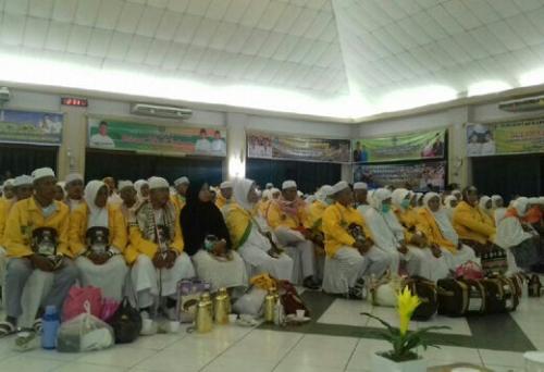 Injakkan Kaki di Bandara Hang Nadim, 81 Jamaah Haji Asal Meranti Menangis Haru