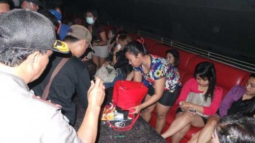 Asyik Dugem Sampai Subuh Ratusan Pengunjung Hiburan Malam Di Pekanbaru Kena Razia Panik Deh