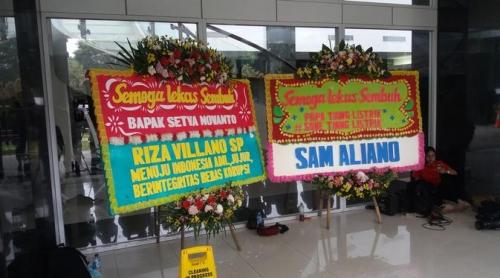 Ada Karangan Bunga Save Tiang Listrik di RSCM