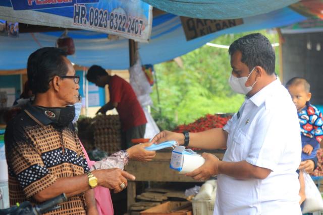 Bagikan Masker di Pasar Modern Telukkuantan, Pjs Bupati Kuansing: Jangan Lengah