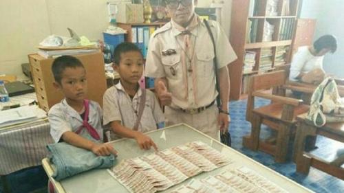Temukan Uang Rp37 Juta di Kantong Celana Bekas yang Disumbangkan, 2 Bocah Ini Kembalikan ke Pemiliknya