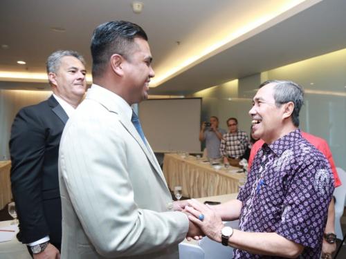 Gubri Syamsuar Teken MoU Investasi Pariwisata dan Stadion Utama dengan Investor Singapura