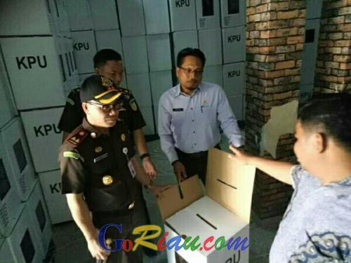 Kajari Pelalawan Tinjau Kesiapan Logistik di KPU, Kotak dan Bilik Suara Masih Kurang