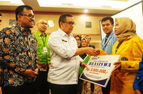 400 Siswa dan Mahasiswa Terima Beasiswa Pendidikan