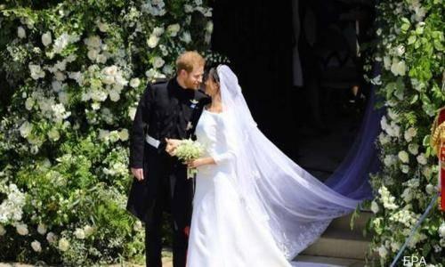 Para Tamu Bersorak Saat Pangeran Harry dan Meghan Markle Berciuman, Begini Penampakannya