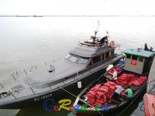 Bawa 700 Kantong Bawang Merah Ilegal Asal Malaysia, Kapal Bea Cukai Dumai Sempat Ditabrak