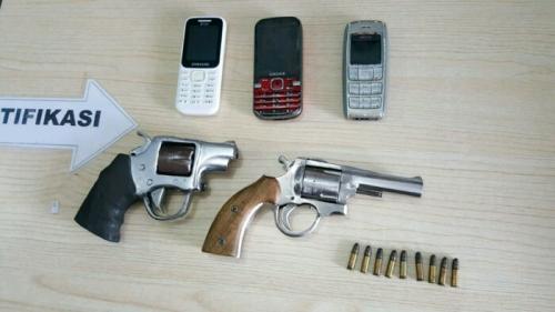 Dor! 4 Perampok Toko Ponsel di Pekanbaru Tersungkur di Terjang Timah Panas, Polisi Amankan 2 Pucuk Revolver Lengkap dengan Amunisinya