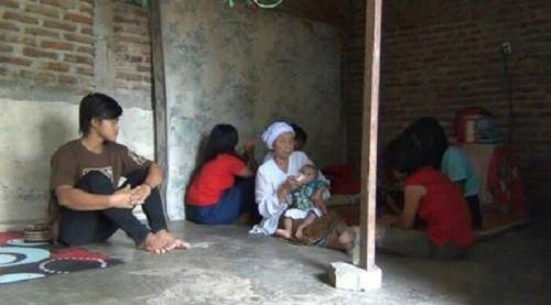 Kedua Orangtuanya Menghilang, Remaja Tangguh Ini Ambil Alih Tanggung Jawab Menafkahi dan Merawat 5 Adiknya, Termasuk Bayi 6 Bulan