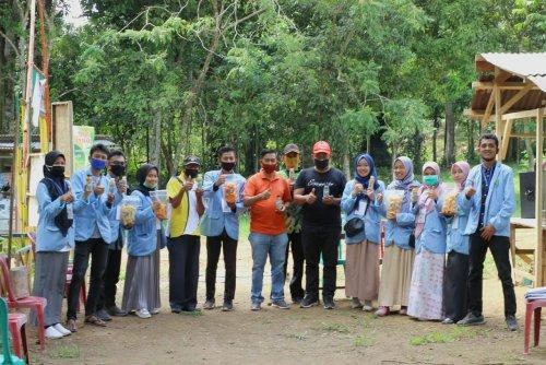 <em>Balek Kampung,</em> Tim Kukerta Unri Bagikan 1.500 Bibit dan Perkenalkan Produk UMKM Warga Hutan Wisata Air Panas